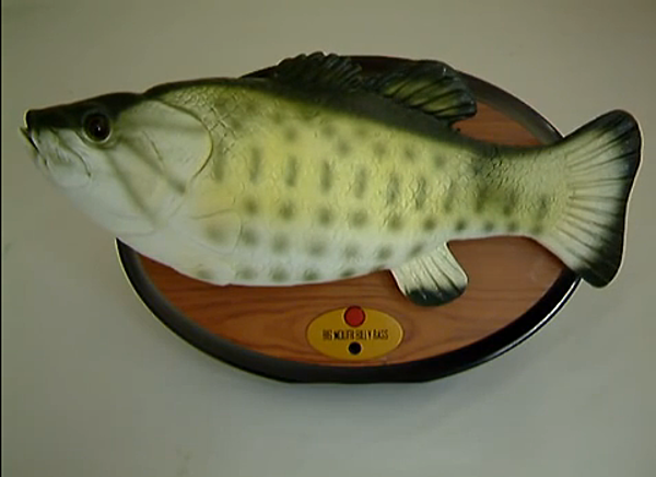 Big mouth billy bass scares off burglar video for Big mouth billy bass singing fish